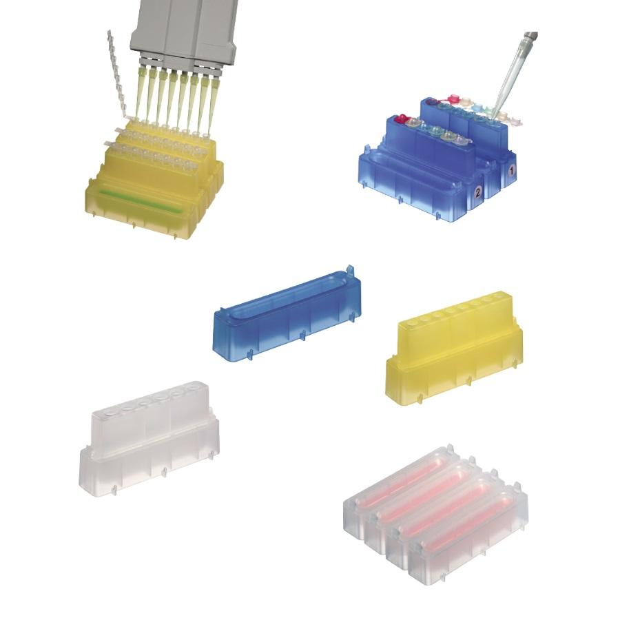 Kolorowe pojemniki ze statywami na probówki